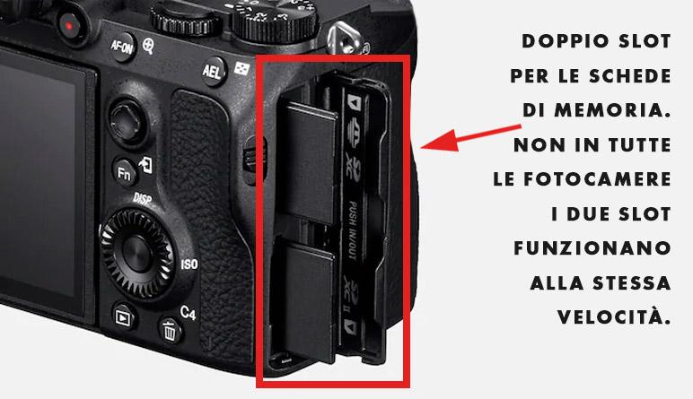Fotocamera con doppio slot per le schede di memoria
