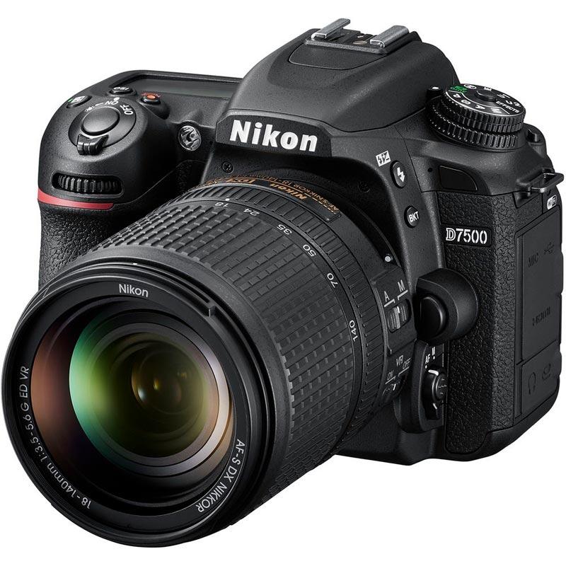 Reflex Nikon D7500 con obiettivo zoom kit 18-140 mm (27-238 mm equivalenti)