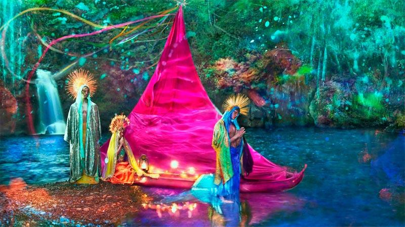 A New World, David LaChapelle (2015). Una delle cifre caratteristiche delle opere di LaChapelle è la forte saturazione dei colori.